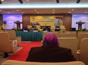 Prof. Datuk Ramlah Adam sedang membentangkan kertas kerja beliau.