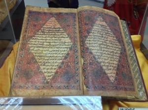 Pameran manuskrip. Gambar ialah manuskrip Hikayat Hang Tuah yang disimpang di Perpustakaan Negara Malaysia.